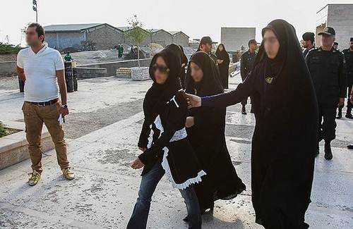 Iranian authorities crack down on dress code